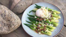 Funkia med sardellsmör, pocherat ägg och blomma av ramslök