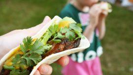Karibiska tacos med grillad fläsksida och mangosalsa