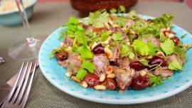 Varm köttsallad med pinjenötter, oliver och körvel