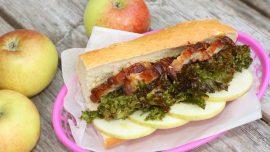 Macka med fläsk, rostad grönkål och äpple