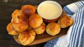 Brödbollar och varm ostdipp med öl