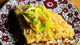 Yum Pla Duk Foo – thailändsk friterad fisk med mangosallad
